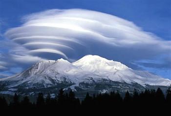 20090520シャスタ山に発生したレンズ雲.jpg