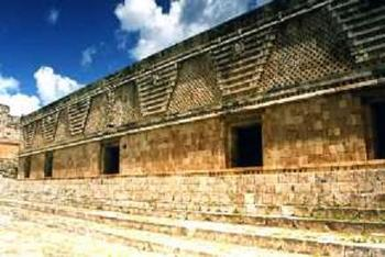uxmalkabe1総督の宮殿.jpg